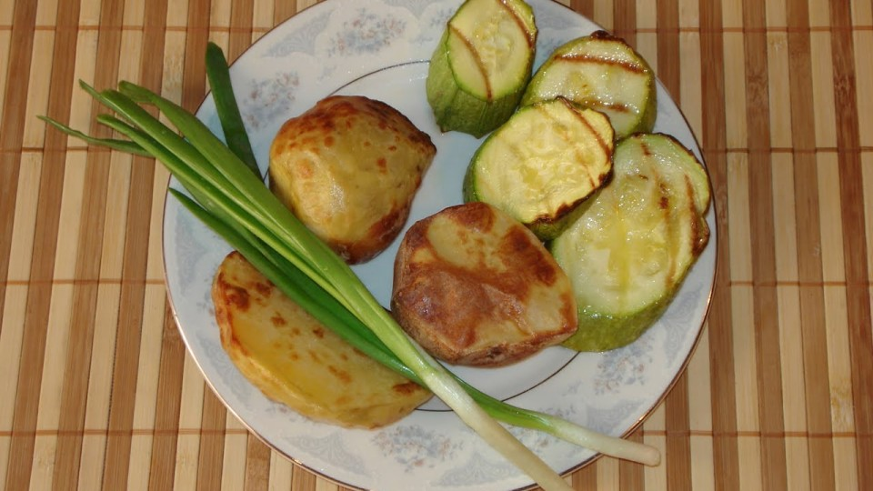 Запекаем кабачки и картофель.